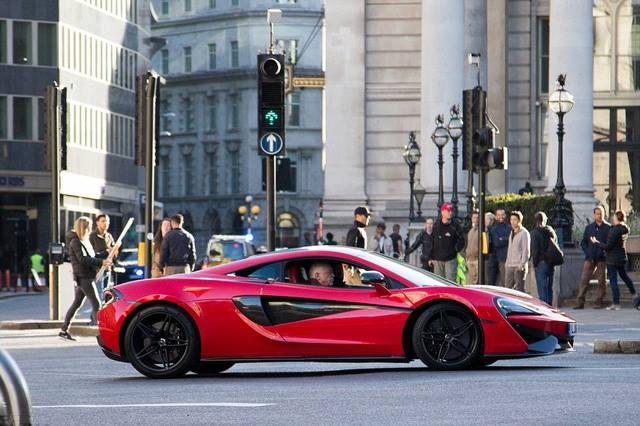 Siêu phẩm McLaren 570S màu đỏ rực tham gia  Transformers xuất hiện trên đường phố
