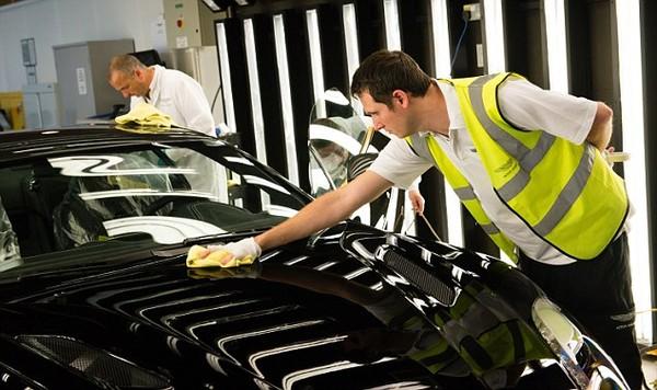 Phần khung xe được sơn cẩn thận tại Canada trước khi đưa về nhà máy lắp ráp tại Anh