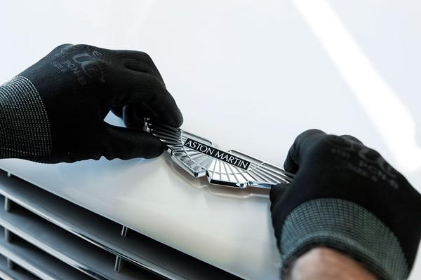 Chuyên gia kỹ thuật kiểm tra xe kỹ lưỡng trước khi xuất xưởng