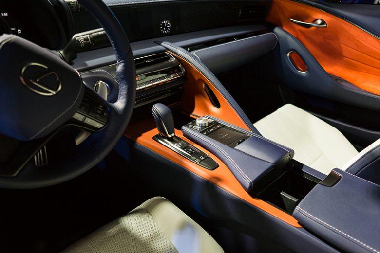 Thiết kế vô lăng, bàn điều khiển xe Luxes LC500