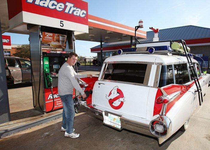 """Shanon Parker đang đổ đầy xăng cho chiếc """"xe bắt ma"""""""